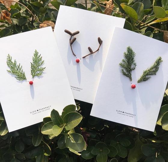 지난해 12월 한정판으로 출시한 슬로우 파마씨의 카드. 작은 식물의 잎과 열매를 이용해 귀여운 루돌프 이미지를 만들어냈다. [사진 슬로우 파마씨]