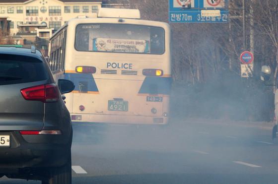 국내 도로에서 발생하는 미세먼지 주범은 매연을 내뿜는 오래된 경유차다. [중앙포토]