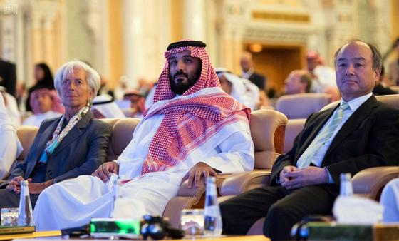 사우디아라비아 리야드에서 열린 대규모 국제 투자회의 '미래 투자 이니셔티브'에서 나란히 앉아 있는 크리스틴 라가르드 국제통화기금(IMF)총재와 무함마드 빈살만 왕세자, 손정의 일본 소프트뱅크 회장. [AP=연합뉴스]