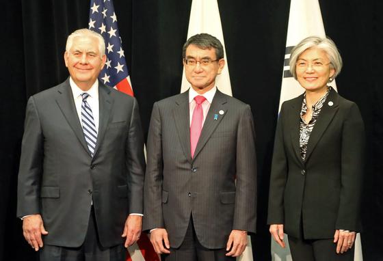 렉스 틸러슨 미 국무장관(왼쪽)과 고노 다로 일본 외상(가운데), 강경화 외교부 장관이 지난 16일 캐나다 밴쿠버 컨벤션센터에서 한미일 3국 외교장관 회담에 앞서 포즈를 취하고 있다.