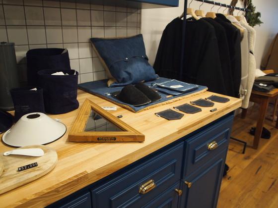 주거 공간인 스튜디오를 콘셉트로 공간을 구성한 편집 숍 1LDK. 주방처럼 꾸민 공간에는 컵, 도마 등 생활 잡화도 놓여있다. 유지연 기자