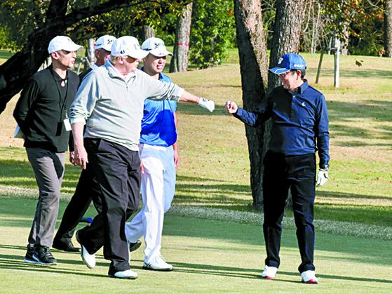 지난해 11월 일본을 방문한 도널드 트럼프 미국 대통령(왼쪽 앞)과 아베 신조 일본 총리가 가스미가세키 골프장에서 서로 주먹을 맞대는 인사를 하고 있다. 이들은 지난해 2월에 이어 두 번째 골프 회동을 했다. [연합뉴스]