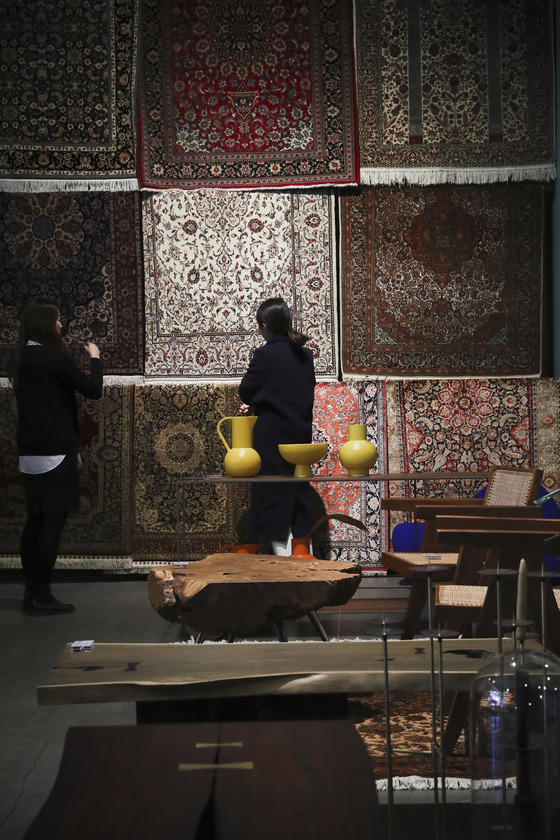 페르시안 카펫이나 한국의 소반 등 아시안 무드의 오브제와 공예 제품 등을 제안해 온 챕터원 꼴렉트. 김경록 기자