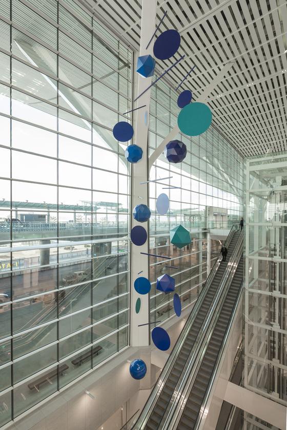 인천공항 제2여객터미널 3층 출국장에 설치된 프랑스 작가 자비에 베이앙의 설치 작품 '그레이트 모빌'.인천공항 새 터미널의 랜드마크가 될지 주목된다. [사진제공 자비에 베이앙, 313아트프로젝트]