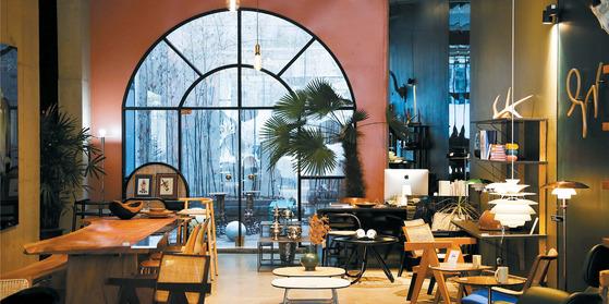 십화점은 오너의 취향을 바탕으로 트렌드를 제안한다. 모두가 스칸디나비안 스타일을 이야기할 때 오스트리아 가구 브랜드 GVT와 브라질 가구 브랜드 솔로스 등을 소개해왔던 챕터원꼴렉트 실내 전경.