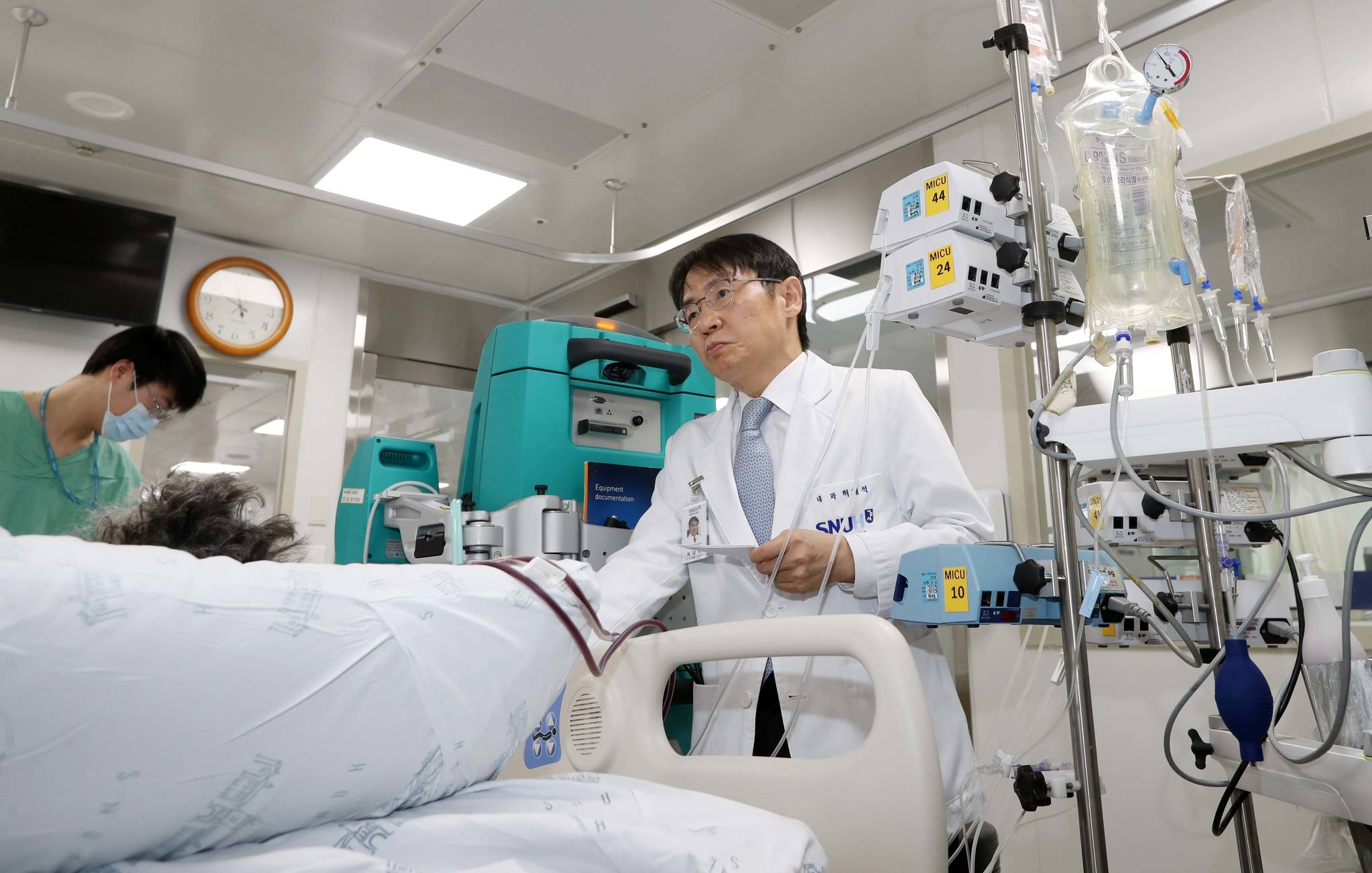 허대석 교수가 중환자실에서 연명의료 중인 암 환자를 살피고 있다. 이 환자는 인공호흡기,혈액투석, 승압제 등 9개의 줄을 달고 있다. 김상선 기자