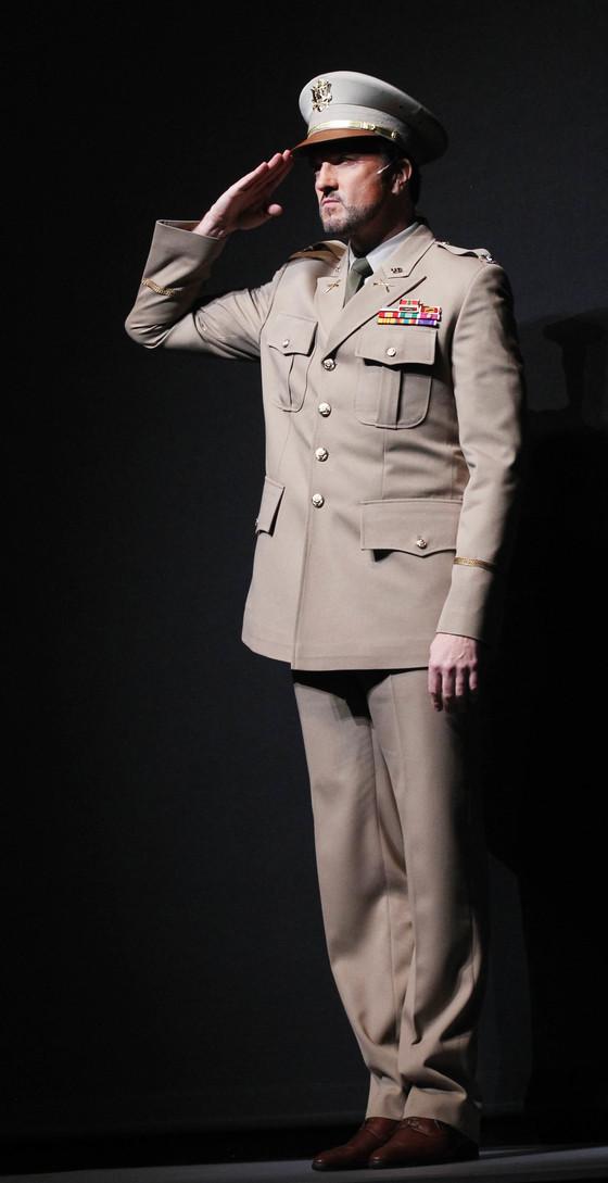 2011년 한국 뮤지컬 `천국의 눈물` 에서 그레이슨 대령 역을 연기하는 브래드 리틀. [사진 중앙포토]
