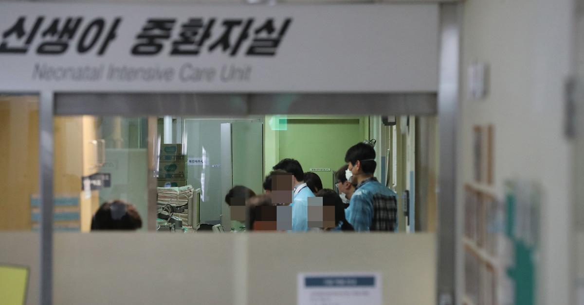 19일 오후 서울지방경찰청 광역수사대 관계자들이 이대목동병원 신생아 사망사건 관련 신생아 중환자슬을 압수수색 하고 있다. 우상조 기자