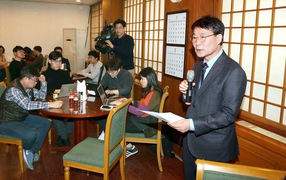 """장하성 청와대 정책실장(오른쪽)은 21일 춘추관에서 '최저임금 인상으로 인한 인건비 증가를 소상공인과 중소기업에 전가하지 않겠다""""고 밝혔다. [김상선 기자]"""