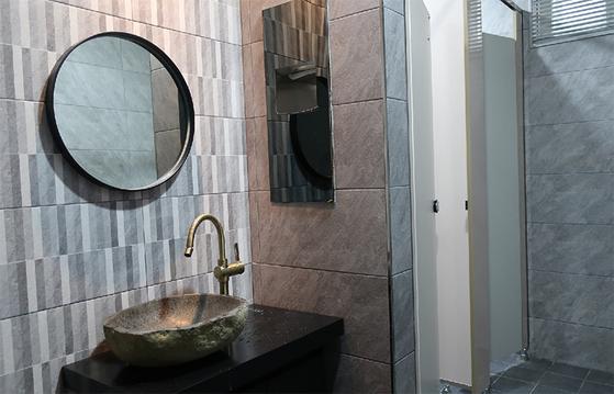 경기도 하남시 신장1동 행정복지센터 화장실은 세련된 디자인이 돋보인다. [사진 하남시]