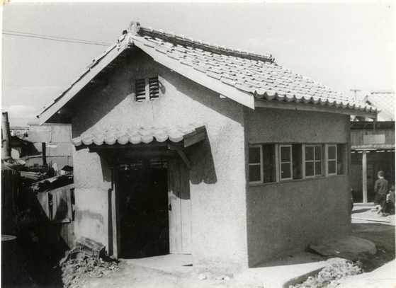 1958년 지어진 수원시 팔달구 매산시장 내 제2호 공동변소. [사진 해우재 박물관]