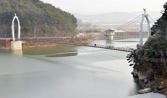 서동요역사관광지 덕용저수지에 최근 만든 길이 175m의 출렁다리. 저수지 주변으로 둘레길도 조성했다. 프리랜서 김성태