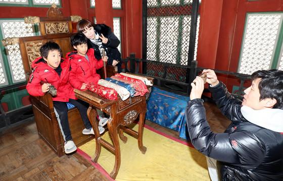 지난 20일 서동요역사관광지를 찾은 관광객들이 드라마 세트장에서 사진을 찍고 있다. 프리랜서 김성태