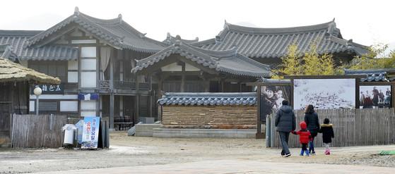 지난 20일 서동요 역사공원을 찾은 관람객들이 시설을 둘러보고 있다. 프리랜서 김성태