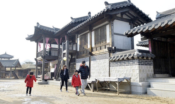 지난 20일 관광객들이 서동요 역사관광지를 둘러보고 있다. 프리랜서 김성태