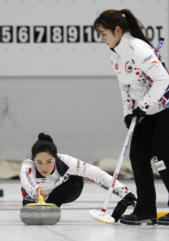 한국여자컬링 김경애가 스톤을 딜리버리하고 있다. 오른쪽은 김경애의 친언니 김영미. [중앙포토]