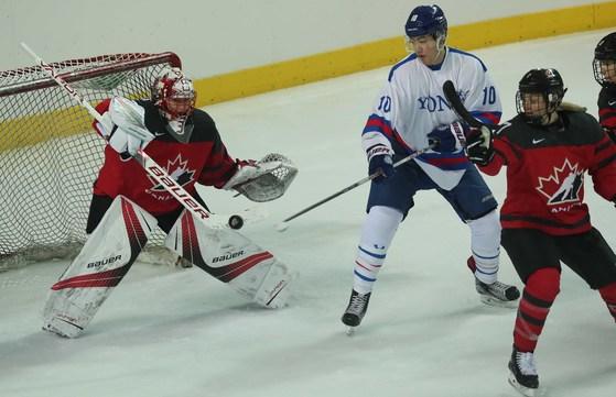 여자 아이스하키 세계 최강인 캐나다 대표팀이 31일 인천 선학국제빙상경기장에서 연세대팀과 평가전을 펼쳤다. 인천=오종택 기자