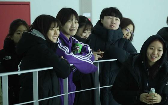 여자 아이스하키 세계 최강인 캐나다 대표팀이 31일 인천 선학국제빙상경기장에서 연세대팀과 평가전을 펼쳤다. 한국 여자 아이스하키 대표팀이 경기를 관전하고 있다. 인천=오종택 기자