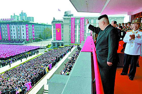 북한 김정은 김일성 주석의 생일(15일ㆍ태양절) 개최된 열병식 참석 2017.4.16 노동신문