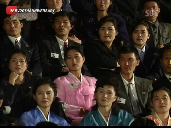 2003년 베이비복스의 공연을 바라보는 북한 주민. [유튜브 영상 캡처]
