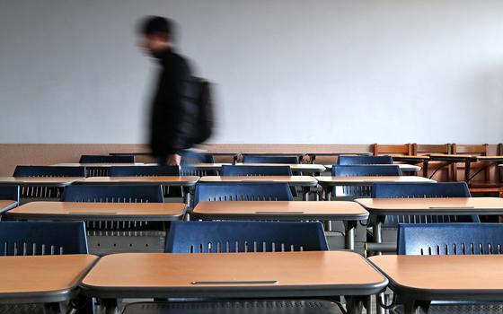 청년의 학자금 대출 부담을 줄이기 위해 정부는 2012년부터 장학금을 늘렸지만 부채는 오히려 증가하고 있다. 졸업 후 취업을 못하면 빚더미에 서게 된다. 텅 빈 강의실 풍경이 쓸쓸하다. [중앙포토]