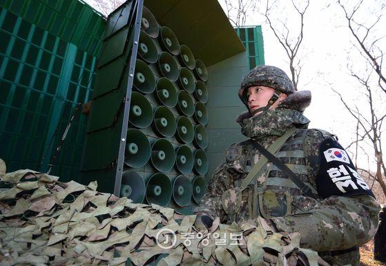 북한의 수소폭탄 실험에 대한 대응으로 전방지역에서 대북 확성기 방송을 136일 만에 재개 했다. 이날 중부전선에서 한 병사가 방송을 위해 확성기 위장막을 걷어내고 있다.  [사진공동취재단]