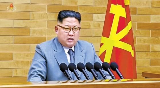 은회색 계열의 양복 차림으로 2018년 신년사를 낭독하는 김정은.