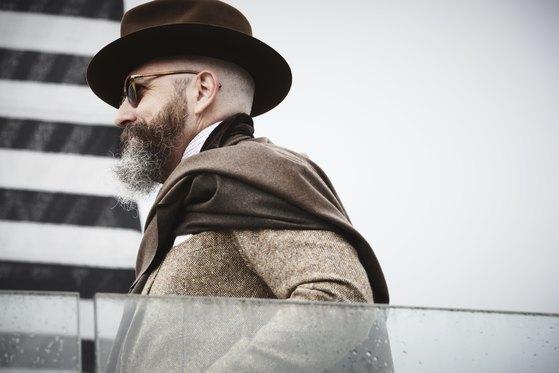 피티워모에 참가한 한 남성이 갈색을 기본으로 한 내추럴톤 컬러로 모자부터 스카프, 재킷을 맞춰 입었다.