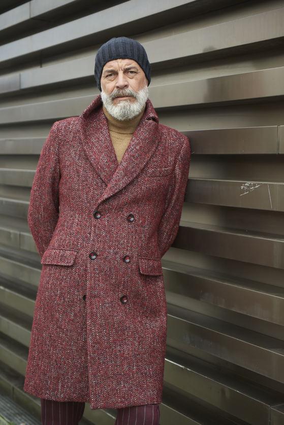 와인색 더블 브레스트 코트를 입은 중년 남성. 니트 비니를 함께 쓴 모습이 멋스럽다. [사진 고훈철 포토그래퍼]