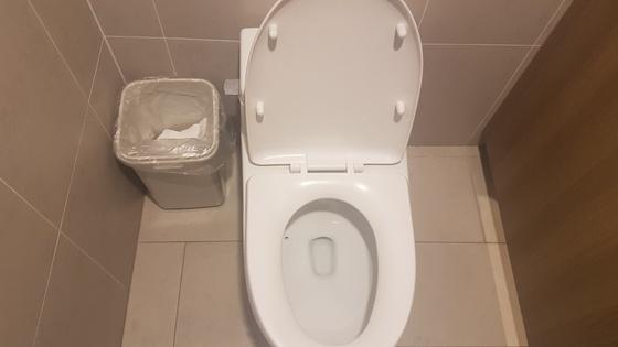 메인프레스센터(MPC) 화장실 변기 옆에 휴지통이 비치돼있다. 여성국 기자