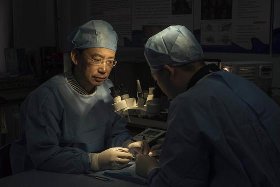 중국 하얼빈의과대 렌 샤오핑 교수는 카나베로 교수와 함께 인간 머리 이식수술인 '헤븐 프로젝트'를 주도하고 있다.