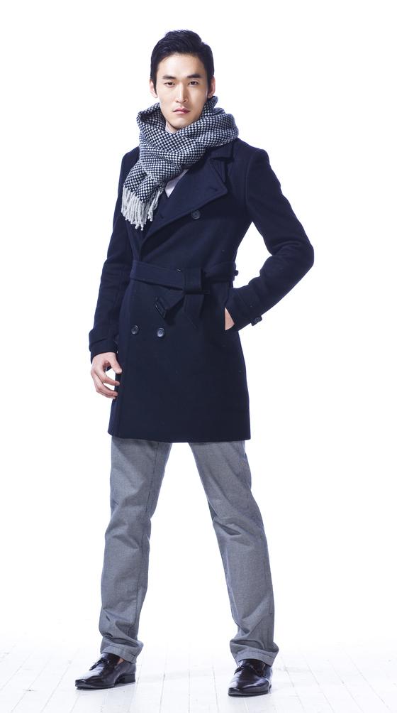 검정 코트에 회색 바둑판 무늬 머플러 맨 모델. [중앙포토]