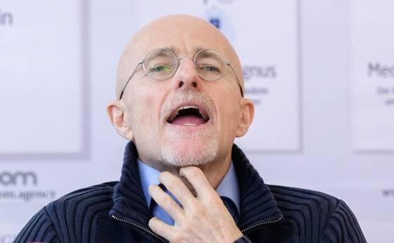 이탈리아의 신경외과 전문의인 세르지오 카나베로 박사가 지난해 11월 오스트리아 빈에서 열린 기자회견을 열고 조만간 중국에서 세계 최초로 인간 머리 이식수술이 이뤄질 것이라고 발표했다. 그는 이 자리에서 시신 머리 이식수술에는 이미 성공했다고 밝혔다. [EPA=연합]