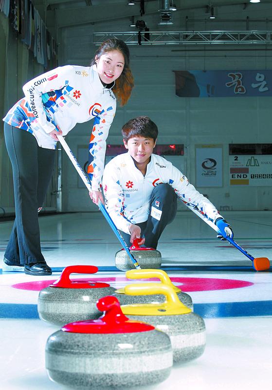 장혜지·이기정(왼쪽부터)이 출전하는 컬링 믹스더블은 평창 겨울올림픽에서 처음 정식종목으로 채택됐다. 두 선수가 훈련장인 경북 의성컬링센터에서 사진 촬영을 위해 포즈를 취했다. [중앙일보]