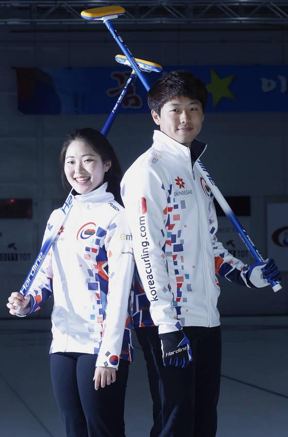 한국 컬링 믹스더블 국가대표 장혜지(왼쪽)와 이기정. [중앙포토]
