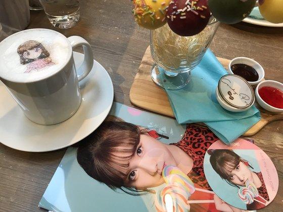 7일 일본에서 '캔디 팝'을 발표한 트와이스는 만화 속에서 막 튀어나온 듯한 모습으로 큰 호응을 얻고 있다. 애니메이션과 실사를 결합해 만든 뮤직비디오(위)와 팬이 캔디 팝 카페를 방문해 찍은 메뉴들. [사진 JYP엔터테인먼트]