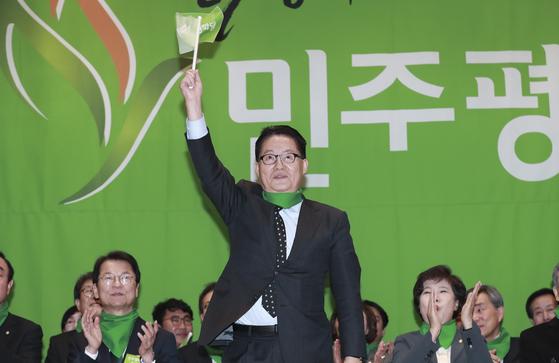 민주평화당 창당대회가 열린 6일 오후 국회 의원회관에서 박지원 의원이 손을 들어 인사하고 있다. 임현동 기자