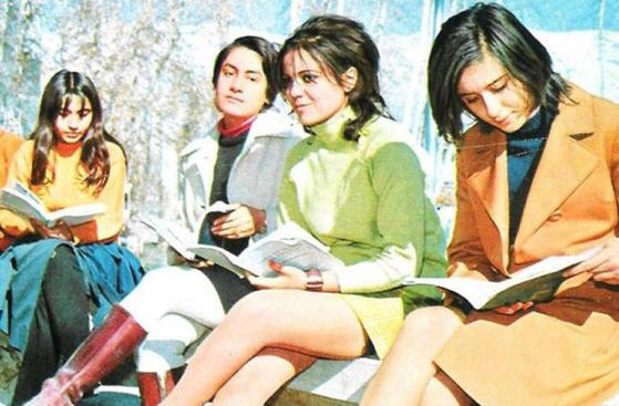 이슬람혁명이 있기 전 1960~70년대 이란 여대생들 모습. 당시만 해도 히잡을 쓰지 않고 미니스커트를 입은 여성들을 길거리에서 흔히 볼 수 있었다.