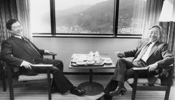 1985년 민주화추진협의회 공동의장인 김영삼 전 대통령과 김대중 전 대통령이 서울 하얏트 호텔에서 만났다. 이들은 2년 뒤 대선에서 후보 단일화에 실패해 각자 출마했지만 낙선했다. [중앙포토]