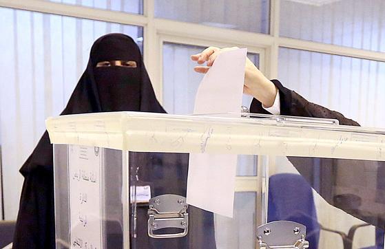 사우디아라비아에서 처음으로 여성에게 참정권이 주어진 지방선거가 실시된 2015년 12월 12일(현지시간) 수도 리야드에서 여성 유권자가 투표하고 있다. [AP=연합뉴스]