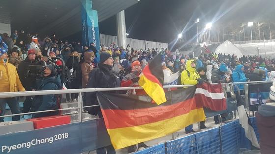 10일 평창올림픽 바이애슬론 여자 7.5km 스프린트 경기가 열린 알펜시아 바이애슬론센터. 관중석에 독일, 라트비아 국기가 걸려있다. 평창=김지한 기자