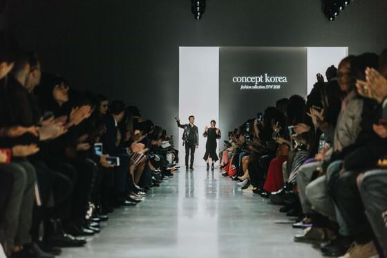 피날레 무대에 나란히 서서 환호하는 관객들에게 인사를 보내는 이청청 디자이너(왼쪽)와 박윤희 디자이너. [사진 컨셉코리아]