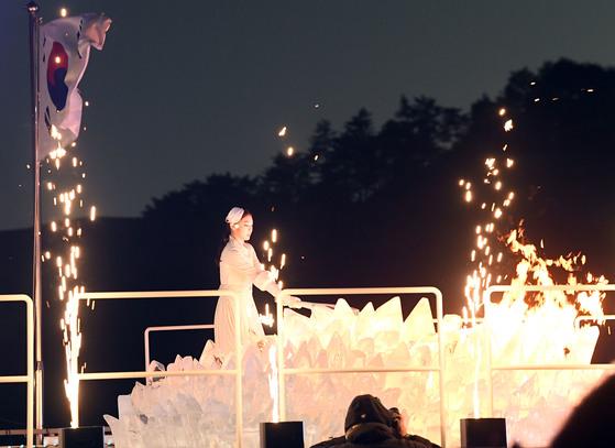 9일 강원도 평창 올림픽 스타디움에서 열린 2018 평창 동계올림픽 개회식에서 김연아 선수가 성화 점화를 하고 있다. 우상조 기자.