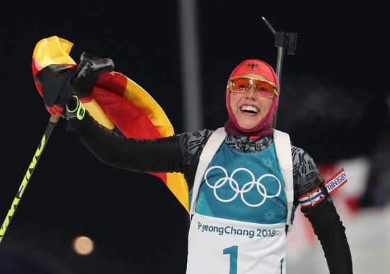12일 평창 알펜시아 올림픽파크 내 바이애슬론 센터에서 열린 여자 추적 10km 경기에서 독일 로라 달마이어가 1위로 들어오며 국기를 흔들고 있다. [평창=연합뉴스]