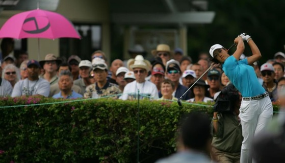 관중들 사이에서 핑크색 우산으로 시선을 사로잡은 코오롱 엘로드의 우산. [사진 우도근 제공]