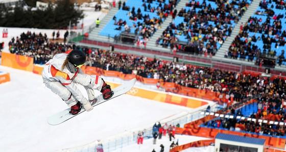 미국 스노보드 국가대표 클로이 김이 12일 평창 휘닉스 스노우파크에서 열린 2018 평창 동계올림픽 스노보드 여자 하프파이프 종목에서 기량을 선보이고 있다. 평창=오종택 기자