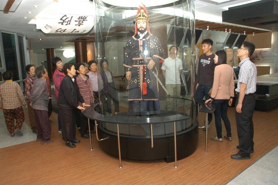대구 달성군 녹동서원 내 한일우호관에 전시돼 있는 김충선 장군의 밀랍인형을 관광객들이 관람하고 있다. [달성군 제공]