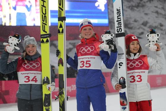 12일 강원 평창군 알펜시아 스키점프센터에서 열린 2018평창동계올림픽 스키점프 여자 노멀힐 개인 결승 라운드에서 금메달을 딴 노르웨이의 마렌 룬드비(가운데), 은메달을 딴 독일의 카타리나 알트하우스(오른쪽), 동메달을 딴 일본의 다카나시 사라가 활짝 웃고 있다. [평창=연합뉴스]