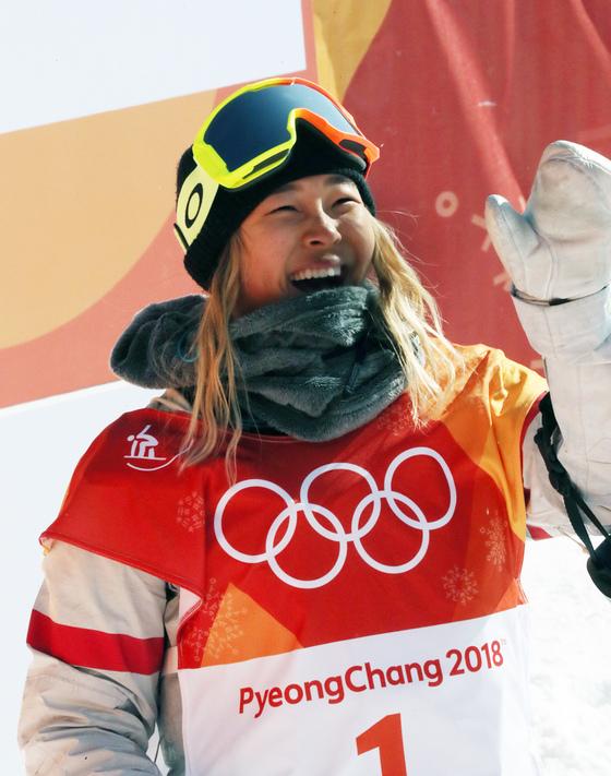 13일 강원도 평창군 휘닉스파크에서 열린 2018 평창동계올림픽 스노보드 여자 하프파이프 결선 1차에서 1위를 한 뒤 기뻐하고 있다. [평창=연합뉴스]