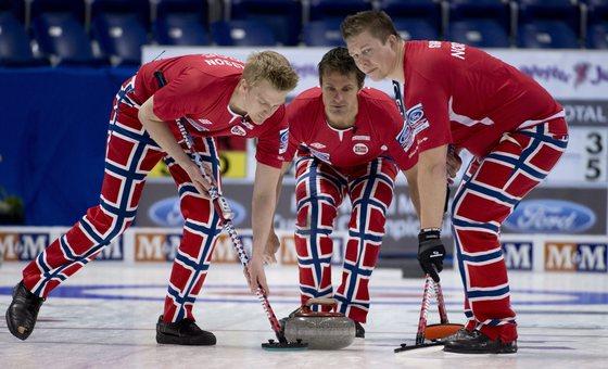 2013년 4월 월드 컬링 챔피온십에서는 스위스 국기 모양의 바지를 입고 출전했다. [AP]